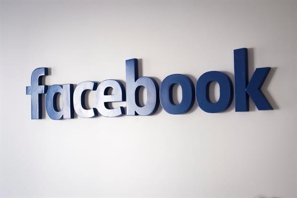 Vista de un logo de Facebook. Foto: EFE