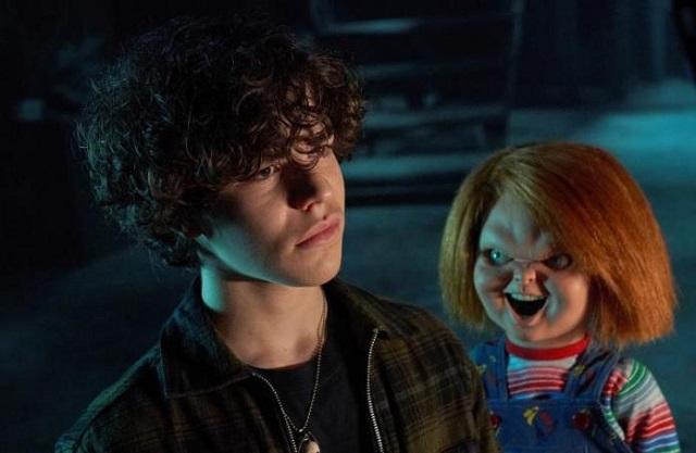 Zackary Arthur (i) como Jake Wheeler y el muñeco diabólico Chucky, durante una escena del primer episodio de la serie