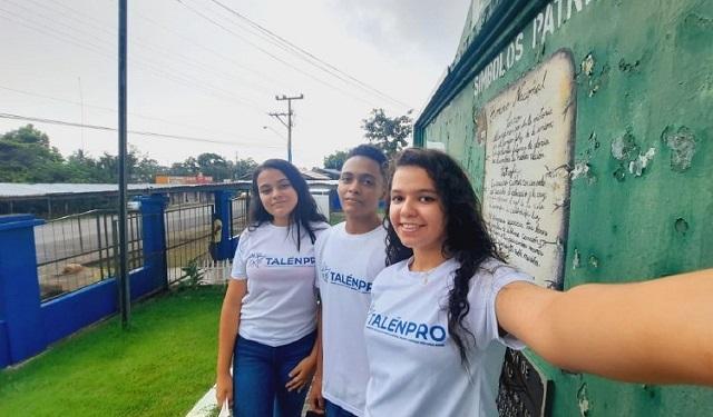 Nayua Saleh y Jade Rojas junto a Alexander Miranda. Grupo de la Escuela Secundaria de Aserrío. Foto: Cortesía