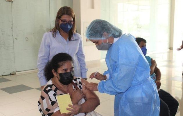 Se debe portar la tarjeta de vacunación el día que vayan a recibir su dosis de refuerzo. Foto: Cortesía