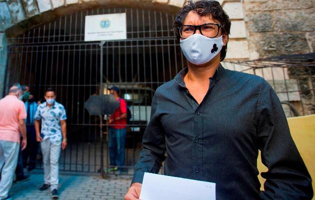 El opositor cubano Yunior García habla con la prensa extranjera acreditada en Cuba sobre permisos denegados para marcha pacífica del próximo 15 de noviembre. Foto: EFE
