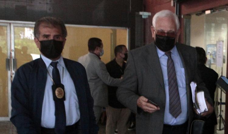 Testigo Mitchell Doens (saco gris) a su salida ayer de la audiencia del juicio oral por los supuestos pinchazos telefónicos. Víctor Arosemena