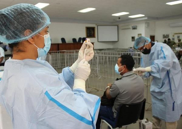 Personal de salud aplica dosis de refuerzo de Pfizer contra la covid-19. Foto: Cortesía Minsa