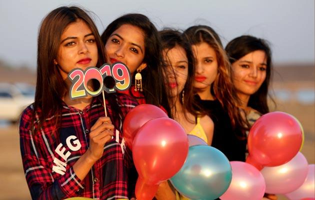 En la India un grupo de jóvenes celebran la llegada del 2019. FOTO/AP