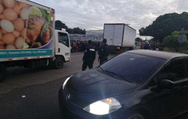 Unidades de Control de Multitudes de la Policía Nacional (PN) lograron reabrir la vía.