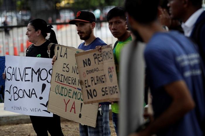 Los ambientalistas realizaron una protesta el pasado 5 de abril en el Ministerio de Ambiente, en rechazo a la construcción de una petroterminal en Isla Boná. Foto EFE