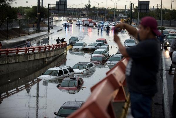 Varios vehículos permanecen bajo el agua después de las fuertes lluvias en el municipio de San Nicolás de los Garza, zona metropolitana de Monterrey, en el estado de Nuevo Léon (México), debido al paso de la tormenta tropical Ivo. FOTO/EFE