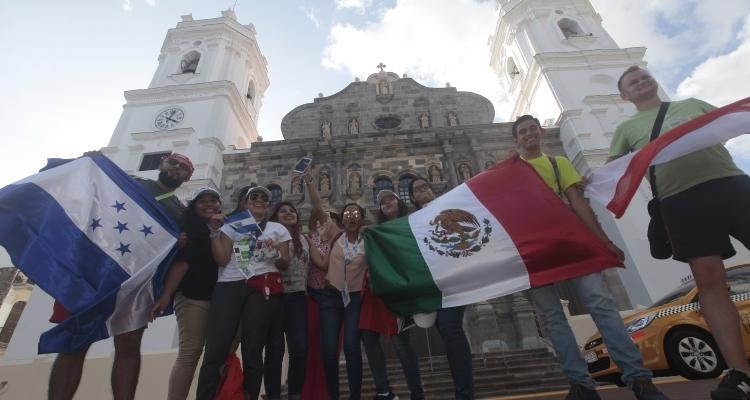 Los peregrinos andan conociendo todas las iglesias del país. Foto: Roberto Barrios