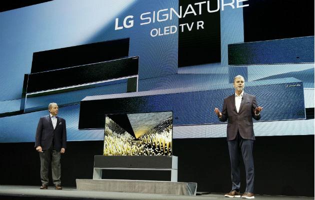 Ejecutivos de mercadeo de LG Electronics USA muestran el novedoso televisor. Foto: AP.