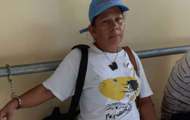 Ligia Arreaga, esposada en la estación de policía de Puerto Armuelles. /Foto Internet