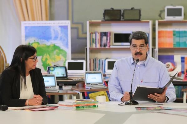 Nicolás Maduro y un grupo de opositores minoritarios se reunieron para establecer un nuevo diálogo. FOTO/EFE