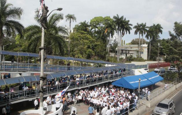 Los estudiantes conversan con autoridades estadounidenses, quienes accedieron a que panameños izaran la bandera. Foto/Victor Arosemena