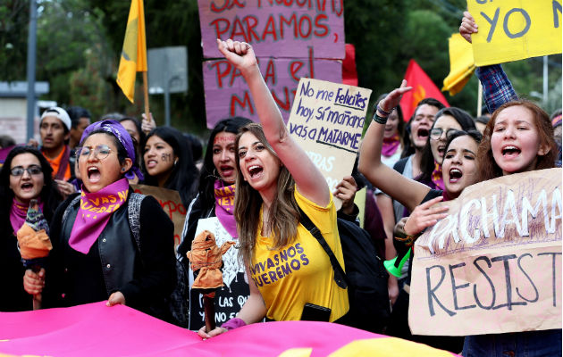 Mujeres en una manifestación con motivo del Día Internacional de la Mujer Trabajadora, en Quito (Ecuador). Foto: EFE.