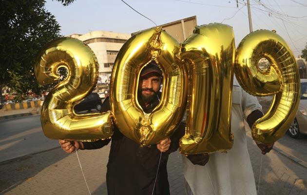 En Pakistán salieron a las calles para festejar la llegada del nuevo año. FOTO/AP