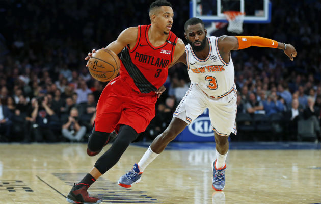 CJ McCollum de los Trail Blazers (izq.) es marcado por Tim Hardaway de New York Knicks. Foto:AP