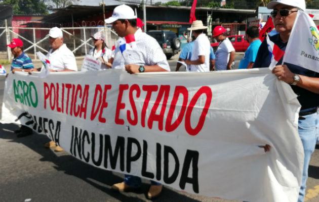 Como una promesa incumplida consideran los productores el convertir al agro en una política de Estado, como dice esta pancarta. José Vásquez