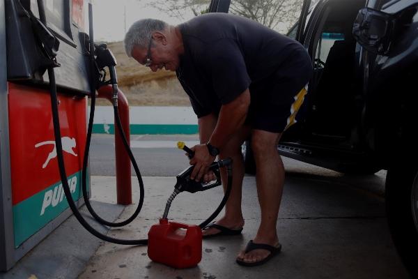 Los puertorriqueños se abastecen de gasolina y de otros productos ante la llegada de la tormenta Dorian. FOTO/AP