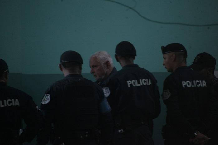 Ricardo Martinelli y sus cuatro abogados acudieron hoy jueves 28 de marzo a una oficina habilitada por el Ministerio Público, en el segundo piso del edificio Avesa, para revisar las siete carpetillas.