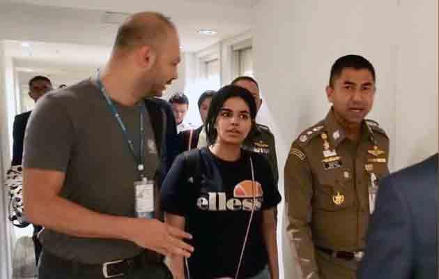 La joven saudí, Rahaf Mohammed Al-Qunun (c), conversa con el jefe de la policía de inmigración de Tailandia, Surachet Hakparn (d), antes de abandonar el aeropuerto Suvarnabhumi en Tailandia. FOTO/EFE