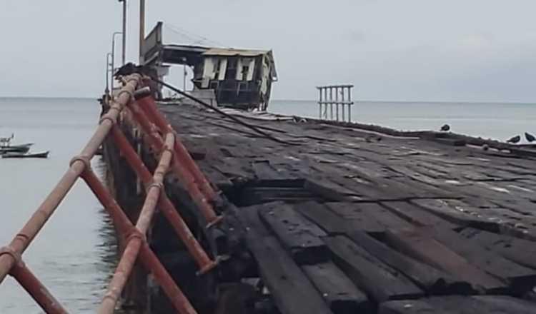 Condición en que quedó el muelle en Puerto Armuelles, el cual ha sido afectado por sismos anteriores. Foto de Internet