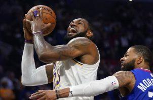 LeBron James de los Lakers es marcado por Marcus Morris de los Clippers en un partido de la NBA. AP