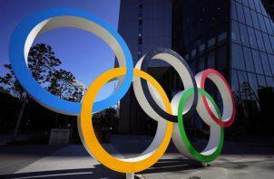 El monumento de los Anillos Olímpicos frente a la sede del Comité Olímpico de Tokio, Japón. Foto;AP