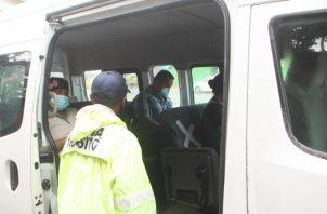 Transportistas tratan de cumplir con las medidas de distanciamiento y con la limpieza de los vehículos. Víctor Arosemena.