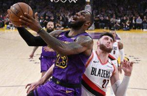 LeBron James de los Lakers se dirige a anotar una canasta. Foto:AP