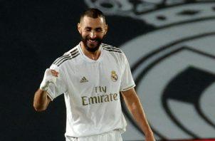 El delantero francés del Real Madrid Karim Benzema celebra su segundo gol ante Valencia. Foto:EFE