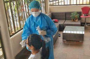 El personal de salud de Panamá Oeste realiza pruebas de hisopado en casa. Archivo.
