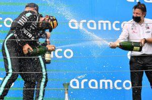 Lewis Hamilton y Valtteri Bottas de Mercedes AMG GP y celebran en el podio el Gran Premio de Fórmula Uno de Hungría, Foto:EFE
