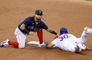 El panameño Jonathan Araúz de Boston intenta sacar al corredor Michael Conforto de os Mets en la segunda base. Foto:EFE