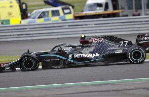 El piloto británico Lewis Hamilton terminó con una rueda pinchada durante el Gran Premio Gran Bretaña. Foto:EFE