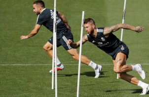 Los jugadores del Real Madrid; Dani Carvajal (izq.) y Sergio Ramos (der) en los entrenamientos. Foto:EFE