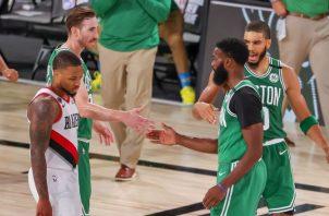 Jayson Tatum (der.) saluda a Jaylen Brown de los Celtics. Foto:EFE
