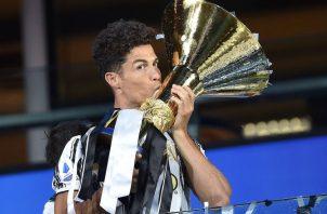 Cristiano Ronaldo de la Juventus dio un beso al trofeo como campeón de la Serie A en Italia. Foto:EFE