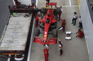 Los mecánicos levantan el automóvil dañado de Sebastian Vettel a un camión durante la segunda sesión de práctica del GP 70 Aniversario de Fórmula Uno en Gran Bretaña. Foto:EFE