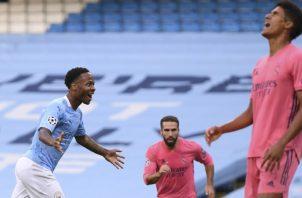 Varane (der.) lamenta su error, mientras Sterling del Manchester City festeja su gol. Foto.EFE