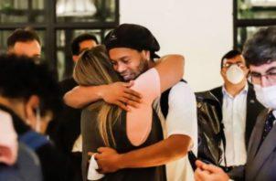Ronaldinho es saludado por una amiga. Foto:EFE