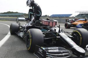 El piloto finlandés Valtteri Bottas, sale de su coche después de conseguir la 'pole position' durante la sesión de clasificación del Gran Premio del 70 Aniversario de F1. Foto:EFE