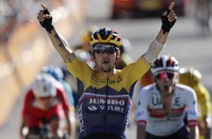 1- Primoz Roglic levanta los brazos, luego de ganara la cuarta etapa. Fotos:EFE