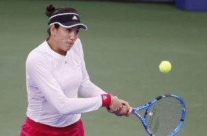 La española Garbiñe Muguruza devuelve el bola a la japonsea Nao Hibino en el US Open. Foto:EFE