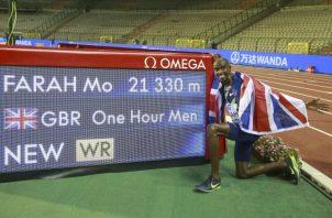 El británico Mo Farah festeja su nuevo rércord. Foto:EFE