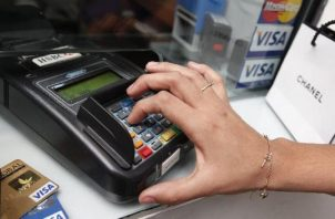 Panameños utilizan las tarjetas de crédito como medida para enfrentar los gastos y deudas frente a la pandemia.