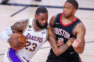 LeBron James de los Lakers (iz.) y Eric Gordon de los Rockets. Foto:EFE