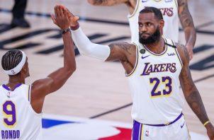 LeBron James (der.) de los Lakers festeja con Rajon Rondo. Foto:EFE