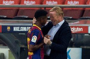 Ansu Fati es felicitado por Ronald Koeman. Foto:EFE