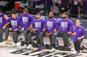 Algunos miembros del equipos de los Lakers se arrodillaron antes de iniciar el quinto partido de los playoffs de la final de la Conferencia Oeste contra Denver Nuggets. Foto:EFE