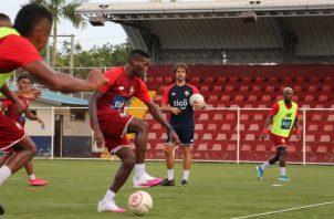 El delantero José Fajardo domina el balón con la pierna derecha durante los entrenamientos de la selección. Foto:Fepafut