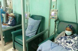 Pacientes en la sala de quimioterapia de Instituto Nacional Oncógico